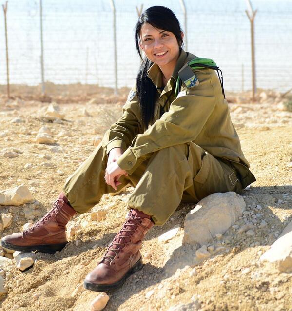 Chrétienne, arabe et israélienne, elle est soldate de Tsahal et défend le pays comme tous les citoyens de son âge
